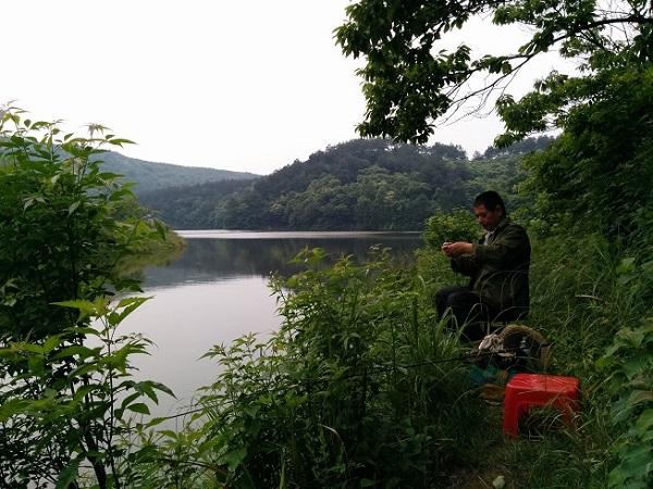 父亲迫不及待的开始钓鱼了