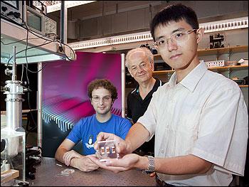 该器件与Mikhail A. Kats,Federico Cappaso 和 Nanfang Yu(均来自哈佛大学工程与应用科学学院)的照片。