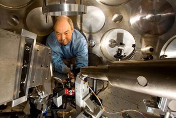 等离子体物理学家汤姆·哈瑞在实验前调整 TRIDENT 激光器的目标定位和粒子束诊断