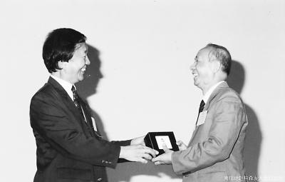 """赵梓森(右)与诺贝尔奖获得者、""""世界光纤之父""""高锟(左)亲切会面"""