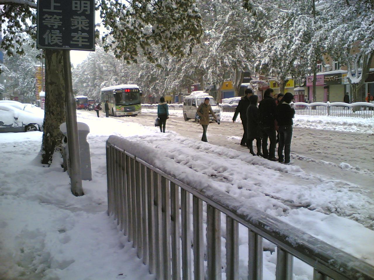 路边等车的人们,还有好不容易才来一辆的公交车
