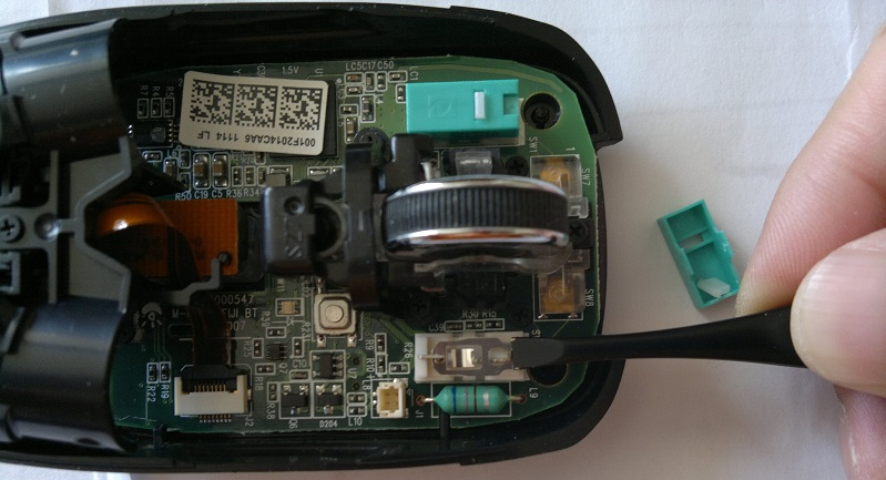 取下微动开关里的金属触片进行清理