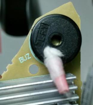 用棉签堵住蜂鸣器发声孔